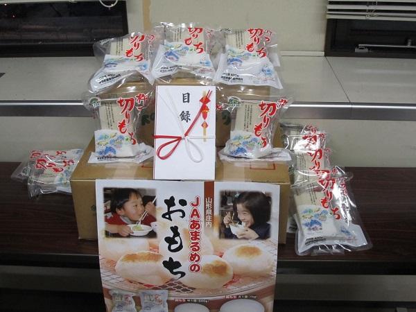 一関市の仮設住宅で切りもちを配布