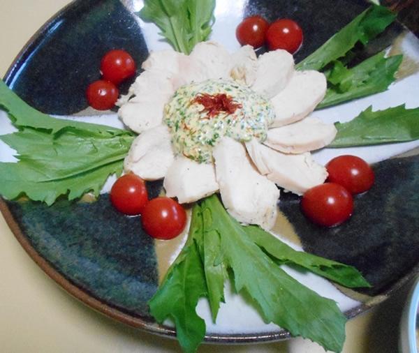 蒸し鶏の紅花若菜ソース添え