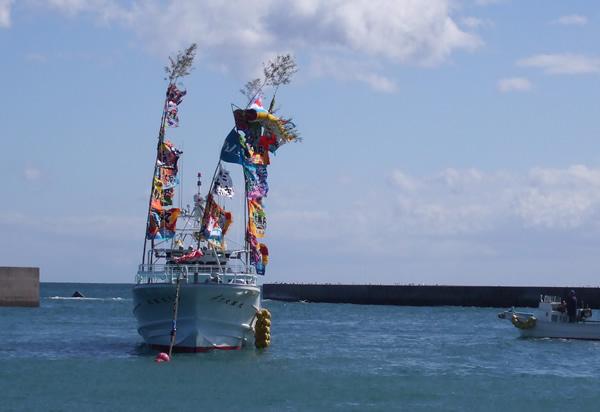 大漁旗舞う進水式